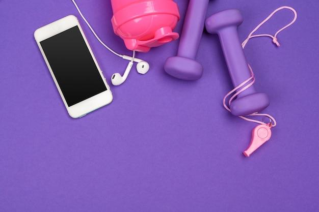 Accessoires de fitness sur la couleur.