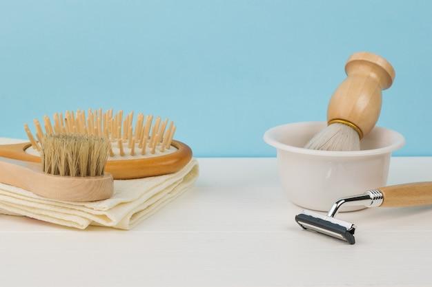 Accessoires de lavage et de rasage sur une table blanche.