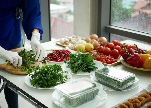 Accessoires, légumes et fruits tels que poivrons, oignons, tomates, citrons et ail
