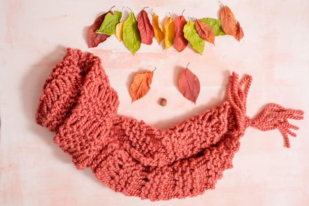 Accessoires liés à l'automne sur le blanc. bonnet, écharpe, tasse de café et autres petits objets, vue de dessus