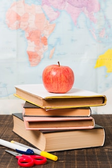 Accessoires et livres devant la carte du monde