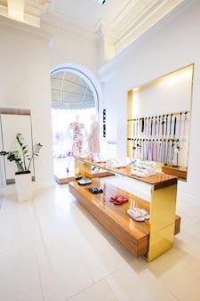 Accessoires de luxe et intérieur de magasin de vêtements