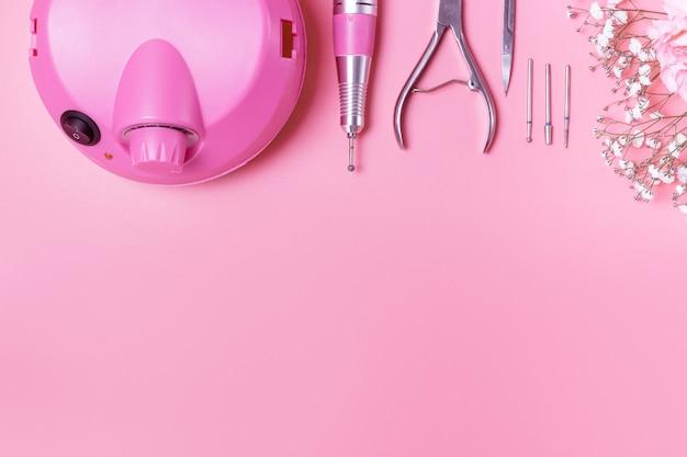 Accessoires de manucure sur fond rose