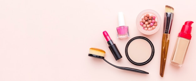 Accessoires de maquillage vue de dessus avec espace copie