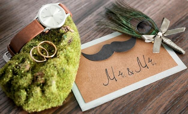 Accessoires de mariage sur table en bois