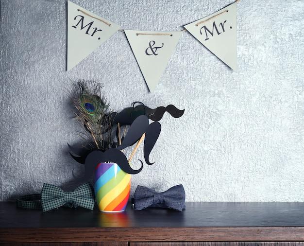 Accessoires de mariage sur table et fond de mur gris