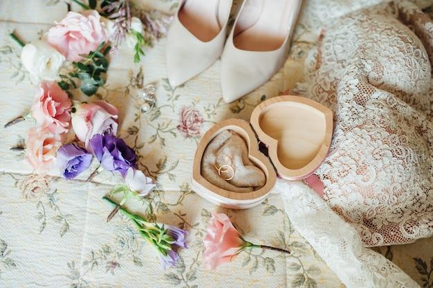 Accessoires de mariée avec des fleurs