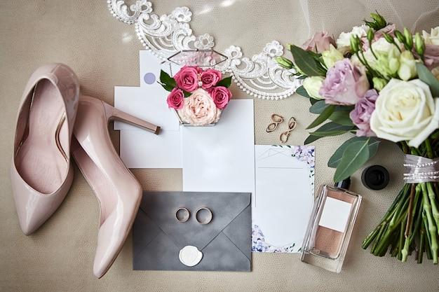 Accessoires de mariée sur une table