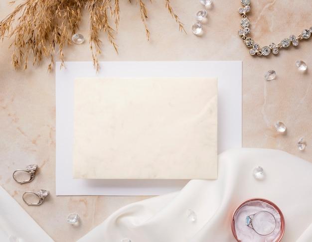 Accessoires de mariée vue de dessus sur table
