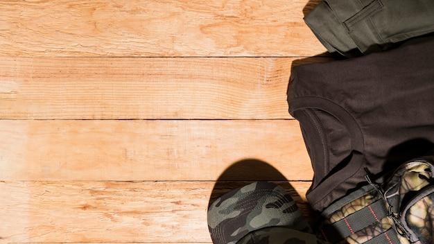 Accessoires masculins sur un bureau en bois