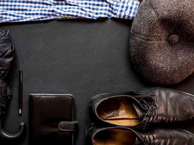Accessoires masculins classiques élégants sur l'espace de copie noir ardoise