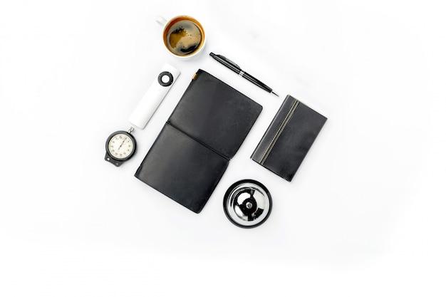 Accessoires masculins modernes sur une surface blanche