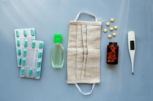 Accessoires médicaux de soins de santé à plat et pilules sur bleu