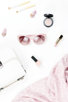 Accessoires de mode et de beauté pour femme - sac à main, lunettes de soleil, écharpe, cosmétiques. collection de mode concept de printemps.