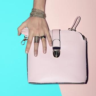 Accessoires de mode d'été vanille mesdames. bijoux en or et sac rose