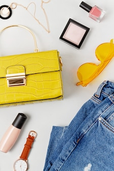 Accessoires de mode féminine, maquillage et sac à main.