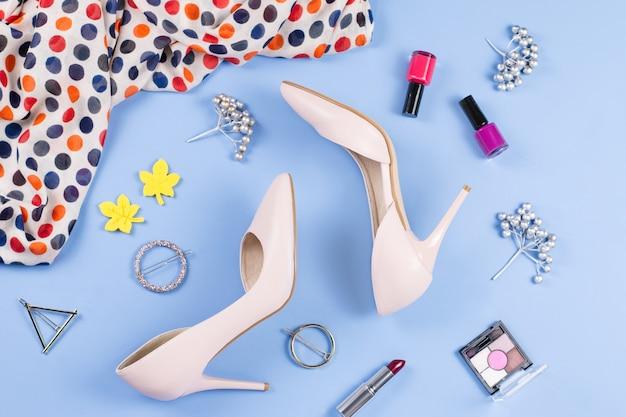 Accessoires de mode féminine et vêtements sur le dessus de table bleu