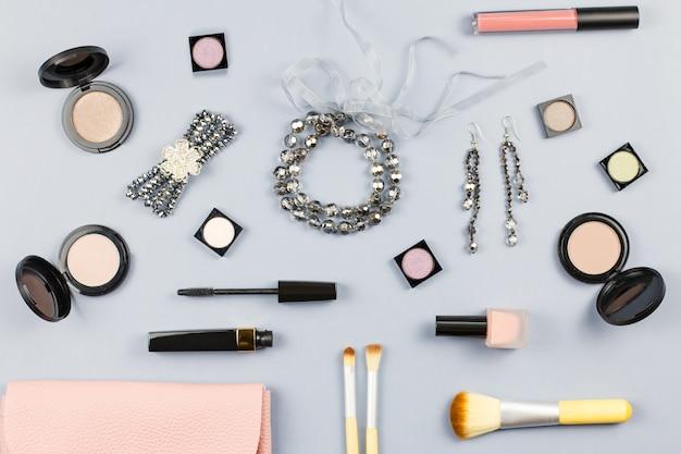 Accessoires de mode femme, bijoux et cosmétiques sur fond gris élégant. mise à plat