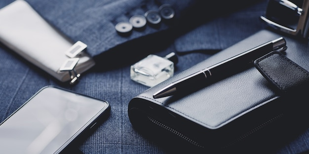 Accessoires de mode homme: cravate, parfum, boutons de manchette, portefeuille, smartphone et stylo de luxe