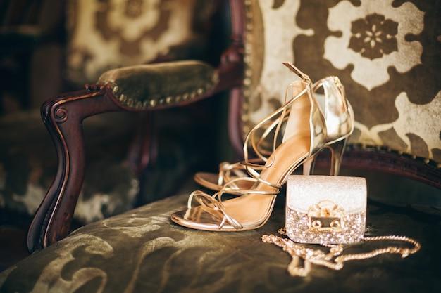 Accessoires de mode de luxe pour femme, chaussures à talons dorés, petit sac à main du soir, style élégant, style vintage, chaussures sandales