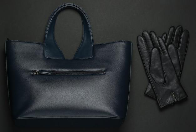 Accessoires de mode pour femmes sur fond noir. sac à mousse, gants. vue de dessus