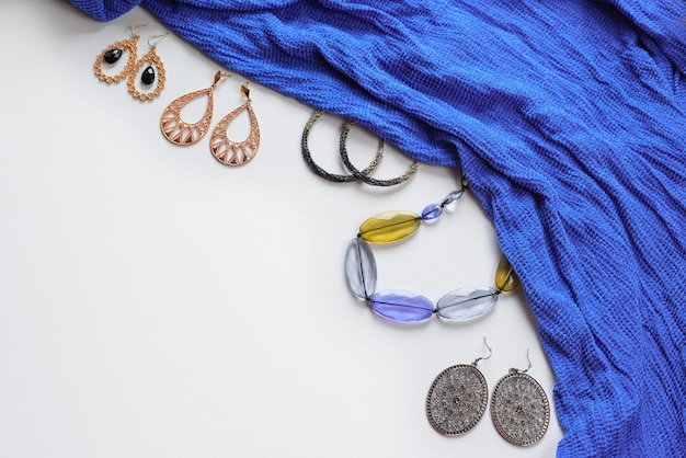 Accessoires de mode pour femmes de style oriental sur fond blanc. boucles d'oreilles bijoux foulard bleu