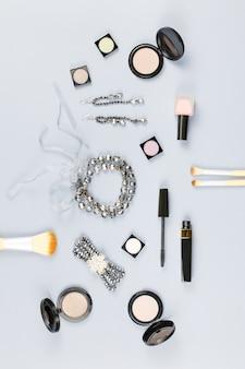 Accessoires de mode, produits de maquillage, bijoux et sac à main sur fond pastel. concept de beauté et de mode, mise à plat