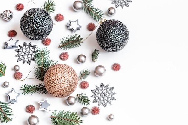 Accessoires de noël ou du nouvel an sur la vue isométrique du mur blanc. vacances, cadeaux, place pour le texte, flatlay