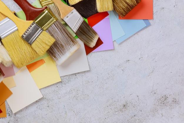 Accessoires d'outils de peinture pour la rénovation domiciliaire avec palette de choix de couleurs et divers outils de pinceau de peinture