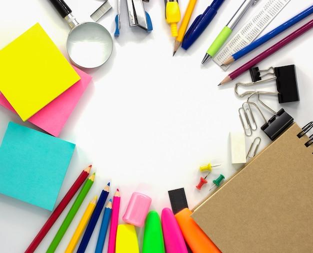 Accessoires de papeterie isolés sur un bureau blanc