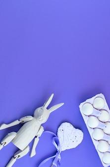Accessoires de pâques pour fond ultraviolet.