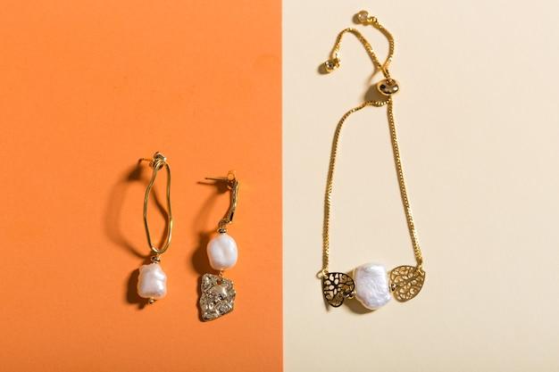 Des accessoires parfaits. ensemble de bijoux à la mode. bijoux fantaisie et bijouterie. vue de dessus.