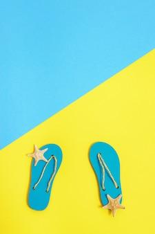 Accessoires de plage de chaussures d'été avec des tongs et des étoiles de mer