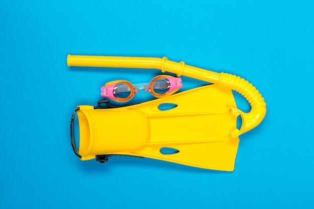 Accessoires de plage en couleur. vue de dessus.