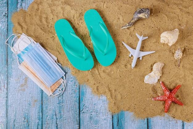 Accessoires de plage avec du sable et un masque de protection