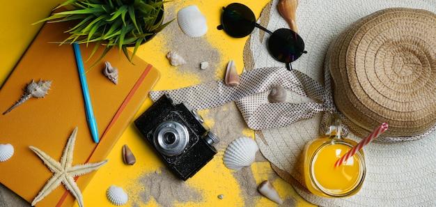 Accessoires de plage d'été sur backgroun jaune