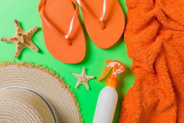 Accessoires de plage d'été à plat. crème solaire en bouteille