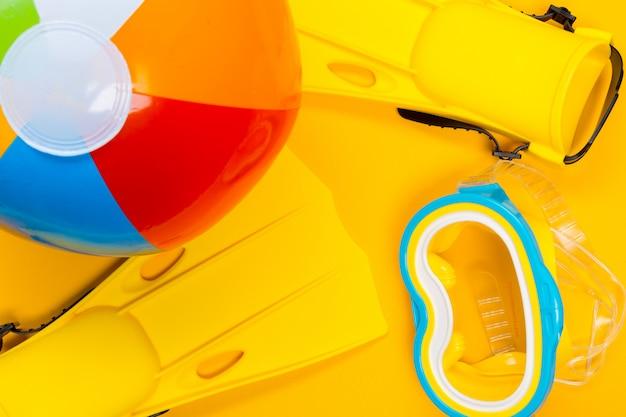 Accessoires de plage sur fond de couleur. vue de dessus.