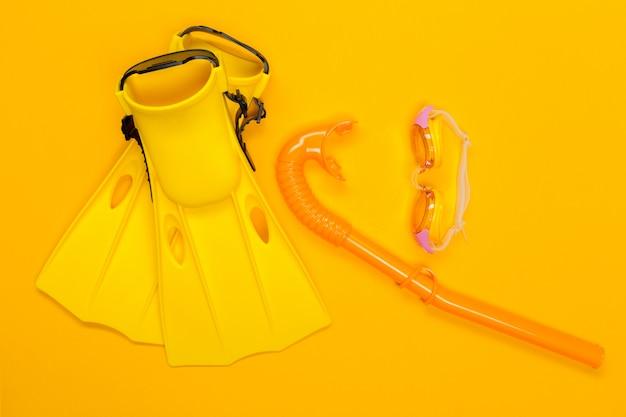 Accessoires de plage sur fond de couleur