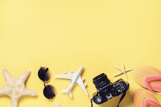 Accessoires de plage sur fond jaune avec vue de dessus de l'espace de copie
