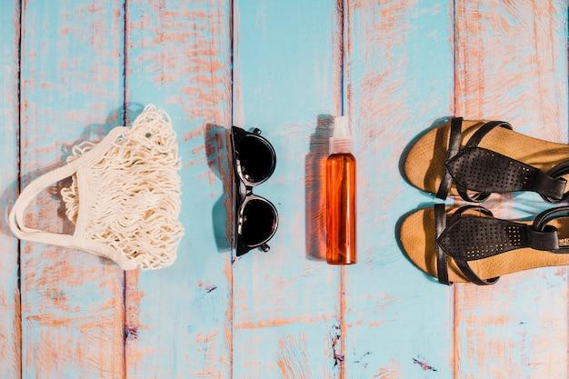 Accessoires de plage en ordre sur planche de bois