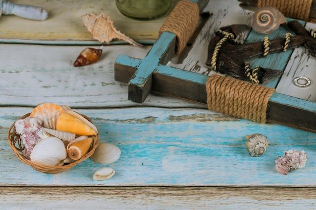 Accessoires de plage sur planches bleues reposent des vacances d'été