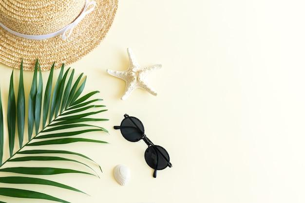 Accessoires de plage à plat et vue de dessus de fond d'été