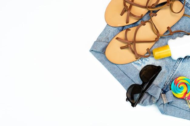 Accessoires de plage pour voyageurs d'été à plat