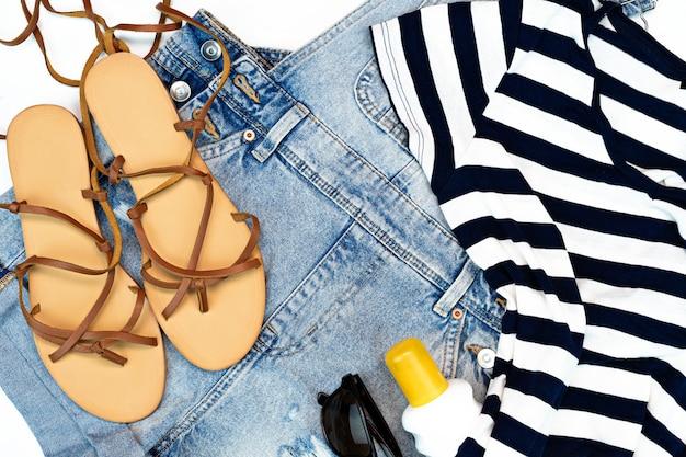 Accessoires de plage pour voyageurs d'été, t-shirt, jean et sandales de plage