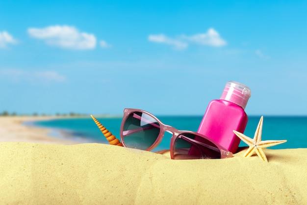 Accessoires de plage sur le sable d'été