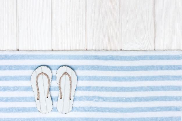 Accessoires de plage avec tongs et serviette en coton