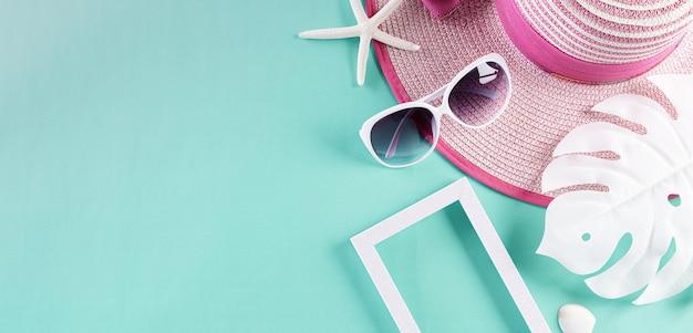 Accessoires de plage, y compris des lunettes de soleil, un chapeau de plage et un coquillage