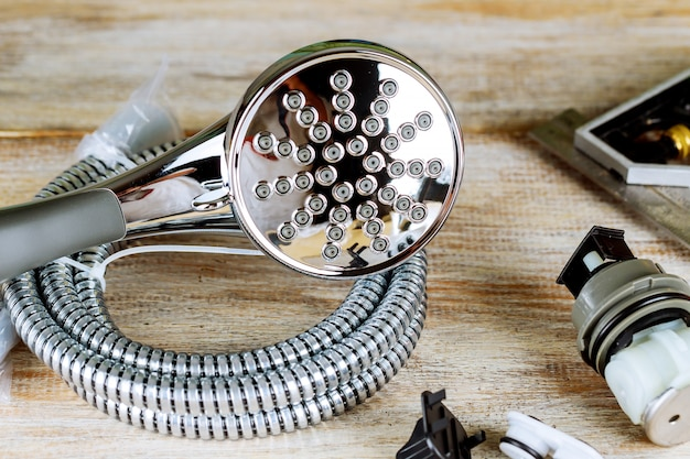 Les accessoires de plomberie en cuivre de la clé à tuyau ont enroulé les dessins de construction.