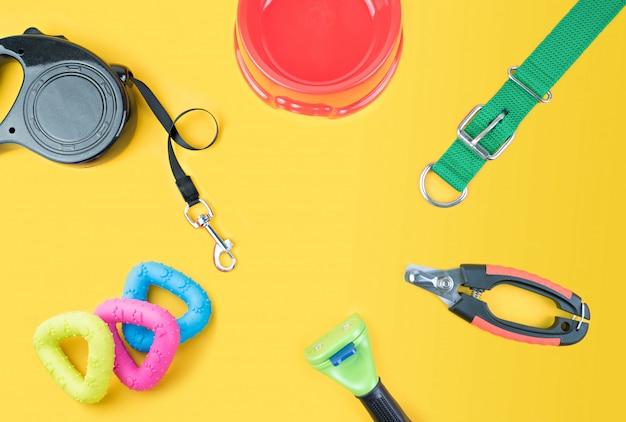 Accessoires pour animaux de compagnie sur fond jaune.